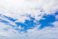 Cielo con las nubes blancas Imagen de archivo libre de regalías