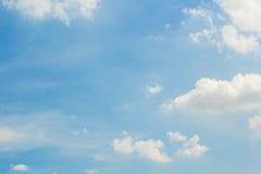 Cielo con las nubes blancas Imagenes de archivo