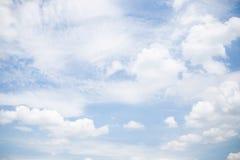 Cielo con las nubes blancas mullidas Fotos de archivo libres de regalías