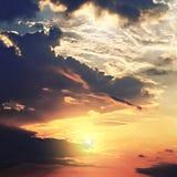 Cielo con las nubes de cirro en la puesta del sol imágenes de archivo libres de regalías