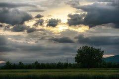 Cielo con las nubes en la puesta del sol Imagen de archivo libre de regalías