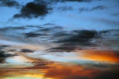 Cielo con las nubes en la puesta del sol Imagen de archivo