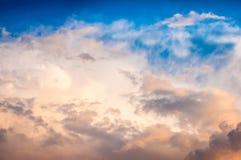 Cielo con las nubes en la puesta del sol foto de archivo