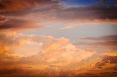 Cielo con las nubes en la puesta del sol foto de archivo libre de regalías