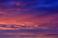 Cielo con las nubes en la puesta del sol dramática Foto de archivo