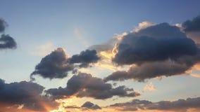 Cielo con las nubes en una puesta del sol almacen de metraje de vídeo