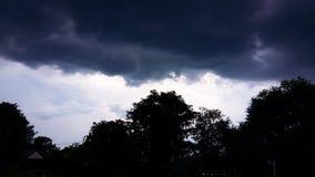 Cielo con las nubes negras Imágenes de archivo libres de regalías