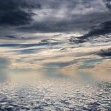 Cielo con las nubes oscuras. foto de archivo