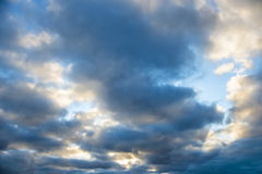 Cielo con las nubes oscuras Fotografía de archivo