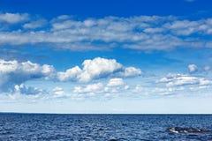 Cielo con las nubes sobre el mar Foto de archivo libre de regalías