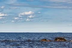 Cielo con las nubes sobre el mar Imagen de archivo libre de regalías