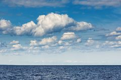 Cielo con las nubes sobre el mar Fotos de archivo
