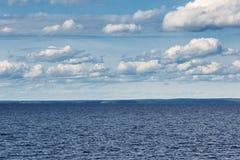 Cielo con las nubes sobre el mar Foto de archivo