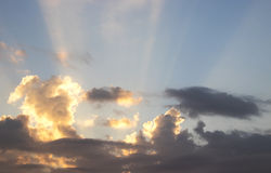 Cielo con las nubes y el sol Imágenes de archivo libres de regalías