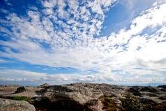 Cielo con las nubes y los acantilados Imágenes de archivo libres de regalías