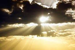 Cielo con las nubes y los rayos oscuros del sol Foto de archivo