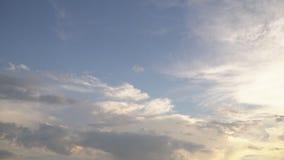 Cielo con las pequeñas nubes almacen de metraje de vídeo