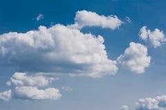 Cielo con las pequeñas nubes de las porciones - fondo natural de la tarde Fotos de archivo libres de regalías