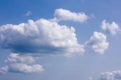 Cielo con las pequeñas nubes de las porciones - fondo natural de la tarde Fotos de archivo