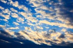 Cielo con le nuvole, cloudscape, fondo di tramonto del cielo Immagine Stock