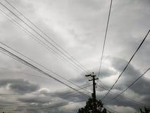 Cielo con le nuvole ed il cavo piovosi di elettricità fotografie stock libere da diritti