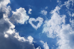 Cielo con un cuore nelle nuvole fotografie stock libere da diritti