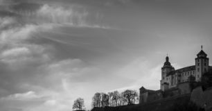 Cielo contra fortaleza fotos de archivo