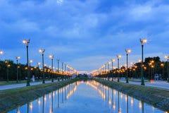 Cielo crepuscolare a Thanon Utthayan (strada) di Aksa, Bangkok, Tailandia Fotografia Stock