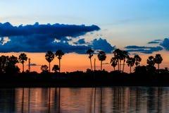 Cielo crepuscular con la reflexión en el parque Fotografía de archivo libre de regalías