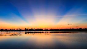 Cielo crepuscular con la reflexión en el parque Fotos de archivo