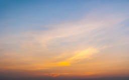 Cielo crepuscular con puesta del sol colorida y las nubes Fotos de archivo libres de regalías