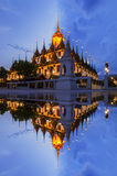 Cielo crepuscular del color del viaje de Ratchanadda del templo de Tailandia de la opinión metálica popular del castillo en Bangk Imágenes de archivo libres de regalías