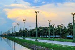 Cielo crepuscular en Thanon Utthayan (camino) de Aksa, Bangkok, Tailandia Imágenes de archivo libres de regalías