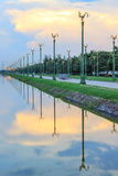 Cielo crepuscular en Thanon Utthayan (camino) de Aksa, Bangkok, Tailandia Fotografía de archivo libre de regalías