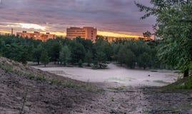 Cielo crepuscular sobre los bloques de apartamentos soviéticos foto de archivo