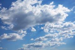 Cielo cubierto azul en nubes de cúmulo Foto de archivo libre de regalías