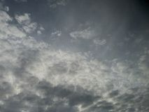 Cielo cubierto nublado con la luz del sol que mira a escondidas a través imagen de archivo libre de regalías