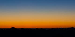 Cielo d'ardore lunatico ad alba Fotografia Stock