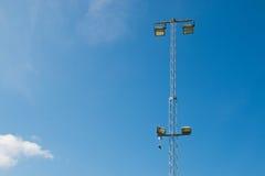 Cielo de azules con los zapatos en posts de la lámpara Imagen de archivo
