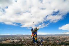Cielo de caminar de esfuerzo de la aventura adulta de la acción de Mongolia que sube Fotografía de archivo