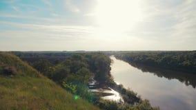 Cielo de Forest Hills del río la opinión de top central de la forma de vida de Rusia de la naturaleza de la hermosa vista del pai almacen de video