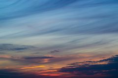 Cielo de igualación azul con el sol borroso en la cerca del canal del horizonte Foto subexpuesta idea creativa Hora azul imagen de archivo libre de regalías
