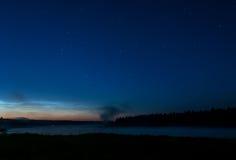 Cielo de la estrella de la noche de la niebla del lago foto de archivo