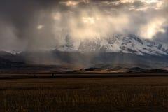 Cielo de la luz del sol de la tormenta de las nubes de las montañas Imagen de archivo