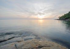Cielo de la mañana en la playa Salida del sol en la playa de Khanom, Nakornsrithammarat, día del cielo de Thailand Foto de archivo libre de regalías