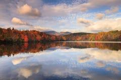 Cielo de la mañana sobre el azul Ridge Mountains North Carolina del lago price Imagen de archivo libre de regalías