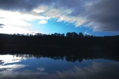 Cielo de la mañana sobre el lago Fotos de archivo
