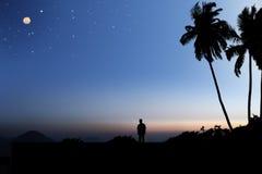 Cielo de la madrugada con la luna y las estrellas Imagen de archivo