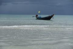 Cielo de la monzón, KOH (KOH Pha Ngan) Tailandia phangan del barco de la cola larga Imagen de archivo libre de regalías