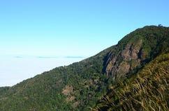 Cielo de la niebla de las montañas Fotos de archivo libres de regalías